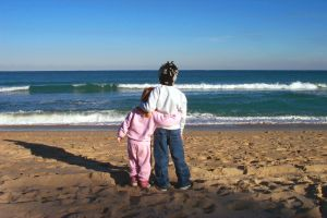 11761_children_staring_at_the_sea